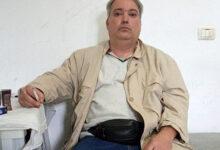 صورة وزير الداخلية الألباني يوقع على قرار إبعاد منشق عن مجاهدي خلق