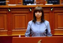 صورة صحافي ألباني يوجه رسالة إلى مسؤولة بشأن قمع مجاهدي خلق أعضائها