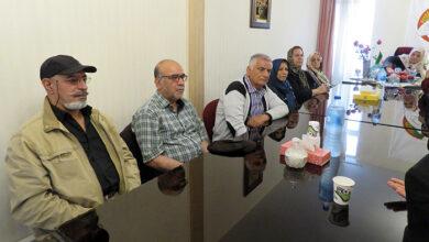 تصویر از نگرانی جمعی از خانواده های یزدی در پی فوت دو تن از اسیران مجاهدین در بیمارستان آلبانی