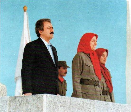 مسعود خدابنده پشتِ سر مسعود و مریم رجوی ایستاده است.