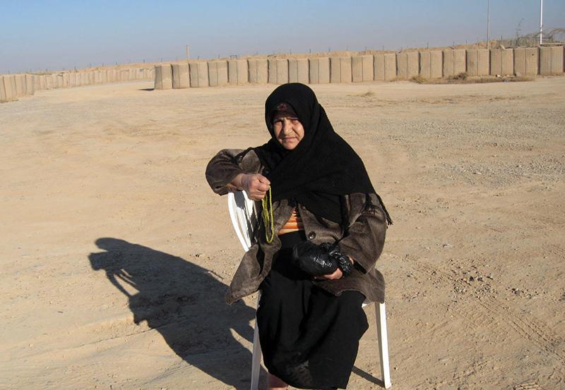 خانم توکلی در کنار قرارگاه اشرف در عراق
